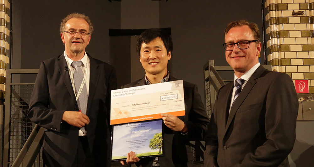 Yunsang Kim, PhD, displays the winner's check, surrounded by Conference Chair Prof. Klaus Kümmerer, PhD (left), and Elsevier Senior Publisher Rob van Daalen.