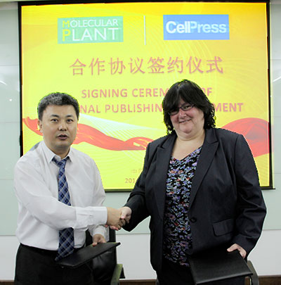 Lin Li, PhD, of the Shanghai Institutes for Biological Sciences and Emilie Marcus, PhD, of Cell Press shake hands after signing a publishing agreement between Cell Press and the journal Molecular Plant. (Photos courtesy of Shanghai Institutes for Biological Sciences)