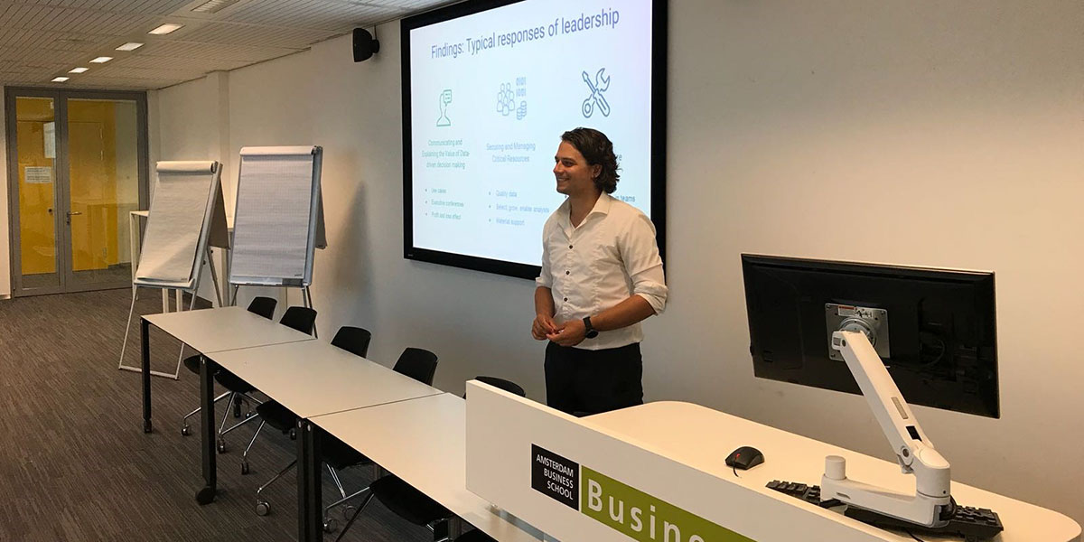 Bing Windt gives a presentation at the University of Amsterdam based on his master's thesis: Understanding challenges and responses of leadership in data-driven transformation.