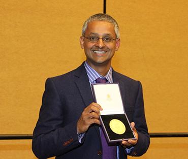 Shankar Balasubramanian accepting the Tetrahedron Prize Medal