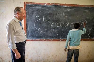 Jan Eliasson visits a school in Ethiopia (Photo ©UNICEF Ethiopia/2014/Ose)