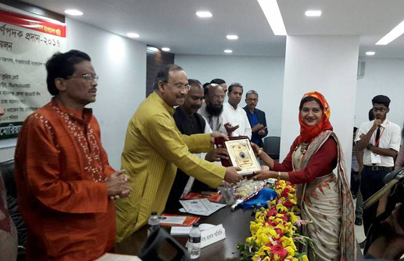 Dr. Tabassum Mumtaz receives a national award for science from the Minister of Science & Technology, Government of Bangladesh, in 2017.