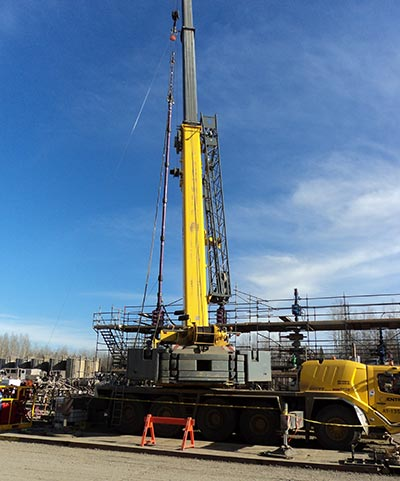 Setting up a hydraulic fracturing rig (Photo by Mike Stephenson)