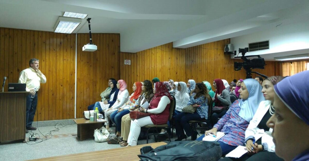 Prof. Stephen Matheson, Senior Editor of <em>Cell Reports</em>, teaches a workshop at the Faculty of Medicine, Cairo University. (Photos by Mohamed Sayed)