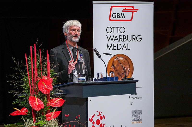 Prof. Jentsch&rsquo; brother, Prof. <a target=&quot;_blank&quot; href=&quot;http://www.leibniz-fmp.de/research/molecular-physiology-and-cell-biology/research-groups/jentsch/home-group.html&quot;>Thomas Jentsch</a>, accepts the award for Prof. Stephan Jentsch.