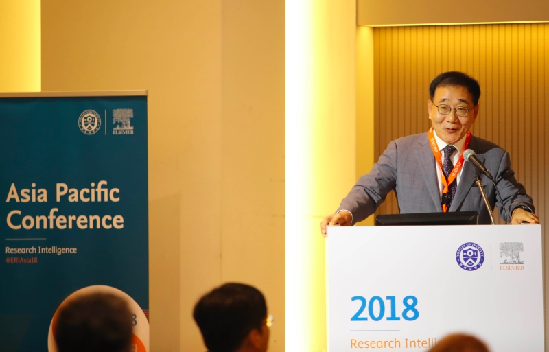Prof. Yong-Hak Kim, President of Yonsei University, gives the keynote address.