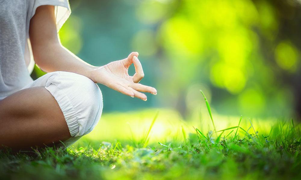 35873931-yoga-en-el-parque-1.jpg