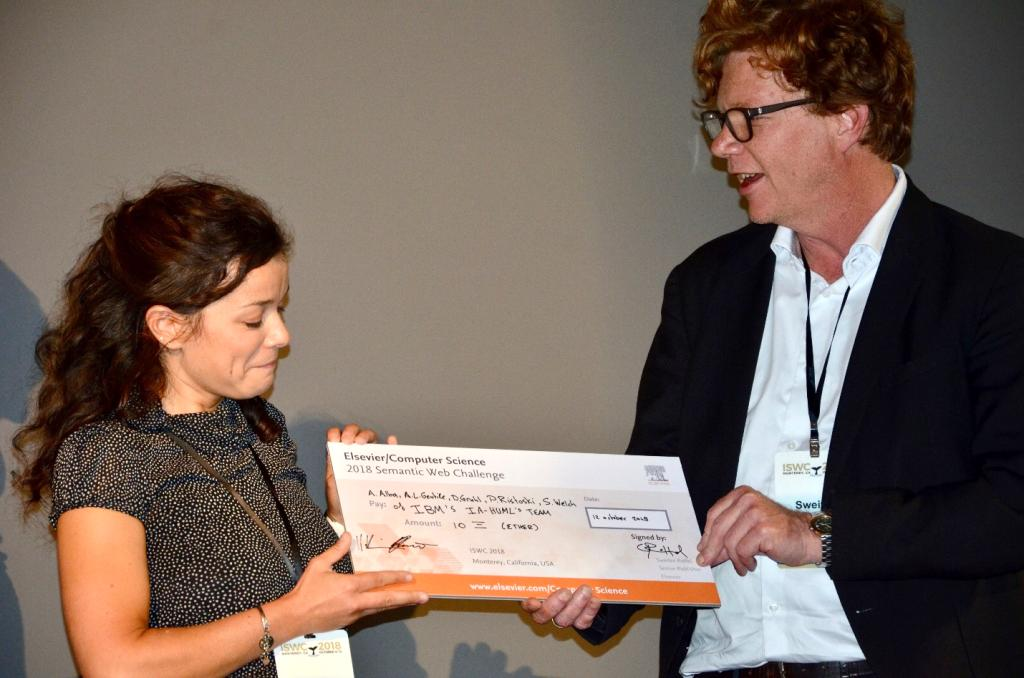 The winner Anna Lisa Gentile being presented the price by Elsevier AI Publisher Sweitze Roffel.
