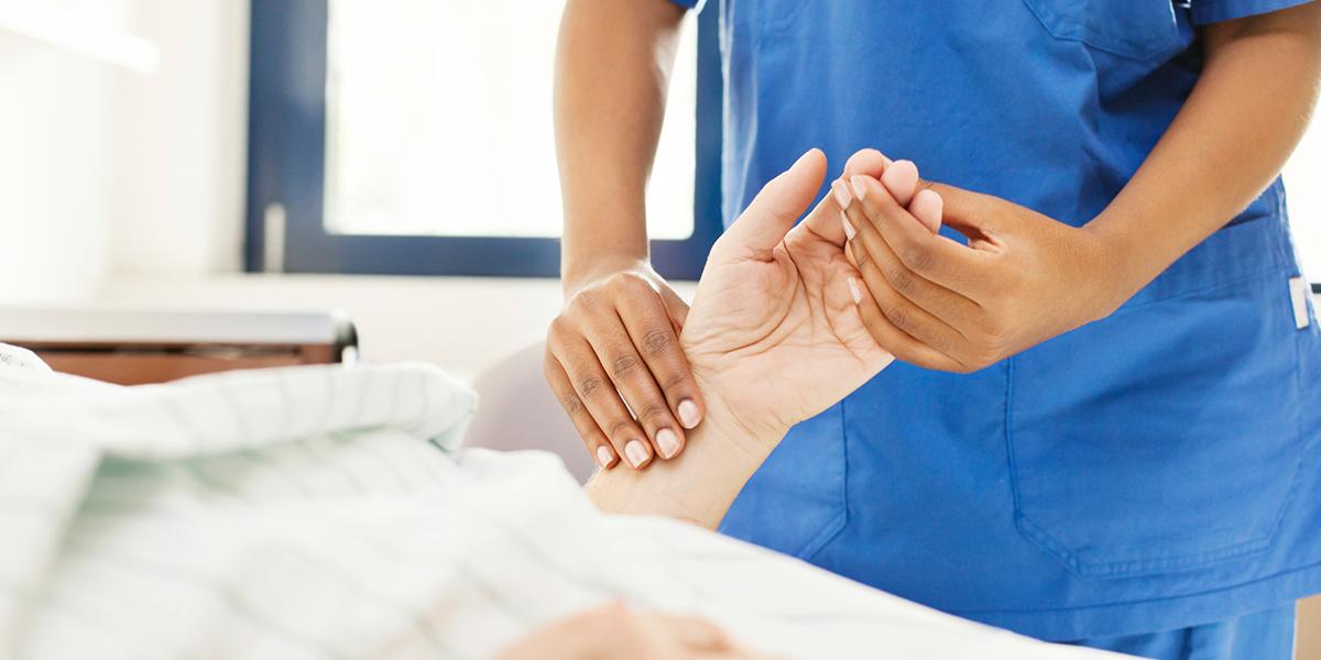 Tausche Lehrbuch gegen Blutdruckmanschette – Pflegepraktikum im Medizinstudium