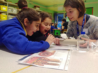 Dr. Joana Neves works with Portuguese students in a London school. She is explaining how the cells in our body communicate with the bacteria in the gut. (Photo by Joana Moscoso)