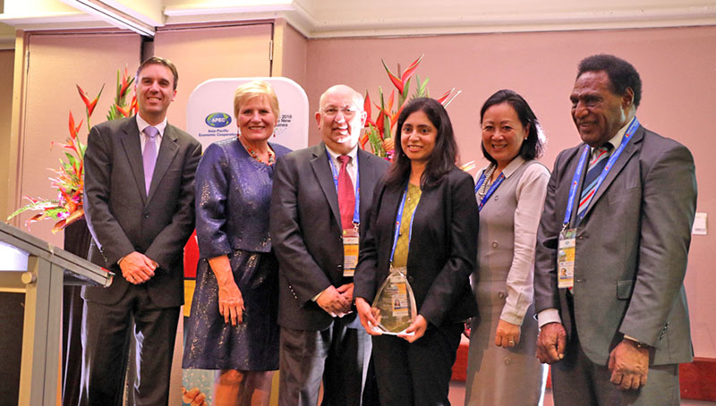 2018 ASPIRE Prize winner Prof. Madhu Bhaskaran of the Royal Melbourne Institute of Technology is surrounded by representatives from the APEC Policy Partnership on Science, Technology and Innovation, Wiley and Elsevier.