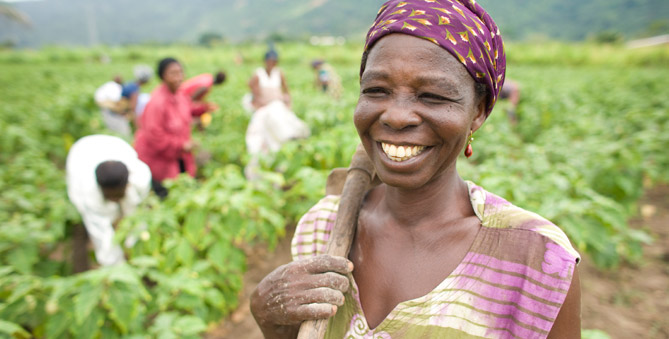 <strong>Woman working in a field in Ghana</strong> (&copy; Phil Borges / DanitaDelimont.com)