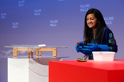 Dr. Suchitra Sebastian of the University of Cambridge demonstrates the functioning of superconductors at the Falling Walls Conference 2014 (Photo © Dirk Laessig)