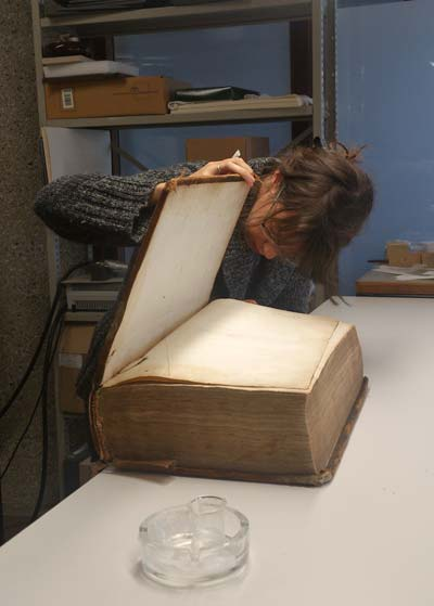 Book restorer Femke Prinsen puts the finishing touch on the Elzeviers' 1669 French Bible. Several illustrated pages were wrinkled, and the binding was so dried out the book had to undergo humidity treatment. (Photo: Sjors de Heuvel)
