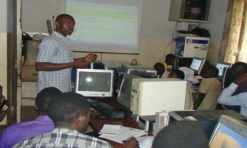 Onan Mulumba gives a Research4Life training session for BA students in environmental sciences at Makerere University in Uganda