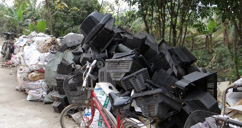 Open storage of large amounts of e-wastes including TV casing along river in Bui Dau, Vietnam. (Photo by Dr. Go Suzuki)