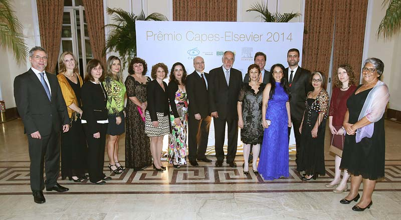 The 10 recipients of the 2014 CAPES Elsevier Award with directors of CAPES and Elsevier (Photo by Murillo Tinoco)